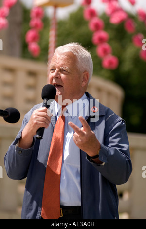 Bruce Kent making an anti-war speech while at sticking two finger up during the 27th Milton Keynes Peace Pagoda - Stock Image