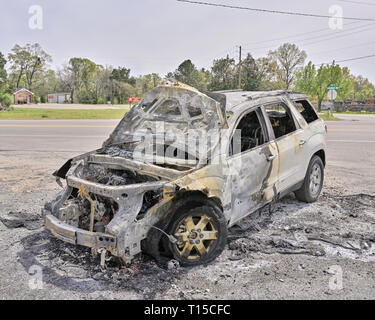 Burned out car or suv on the side of the road in rural Alabama, USA. - Stock Image