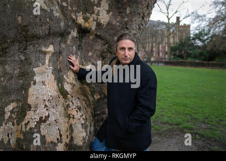 TIM WINTON, AUSTRALIAN AUTHOR OF 'AN OPEN SWIMMER', 'THE RIDERS' AND MANY OTHER BOOKS, PHOTOGRAPHED IN LINCOLNS INN FIELDS LONDON for The Independent Newspaper. COPYRIGHT PHOTOGRAPH BY BRIAN HARRIS  © 2008 07808-579804 - Stock Image