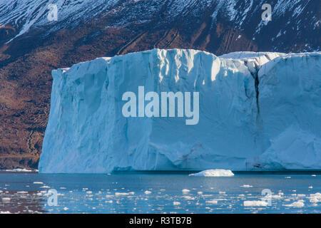 Greenland, Scoresby Sund, Gasefjord. Tabular-like iceberg. - Stock Image