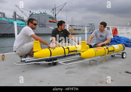 101021-N-5972N-006 SAN DIEGO (Oct. 21, 2010) Daniel Braun, left, Eric Sanchez and David Barney, Systems Center Pacific - Stock Image