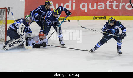 22 March 2019, Bavaria, Ingolstadt: Ice hockey: DEL, ERC Ingolstadt - Kölner Haie, championship round, quarter finals, 4th matchday in the Saturn Arena. Ingolstadt's (l-r) goalkeeper Jochen Reimer, Fabio Wagner, Maurice Edwards and Tyler Kelleher prevent Cologne's Jason Akeson from reaching the puck. Photo: Stefan Puchner/dpa - Stock Image