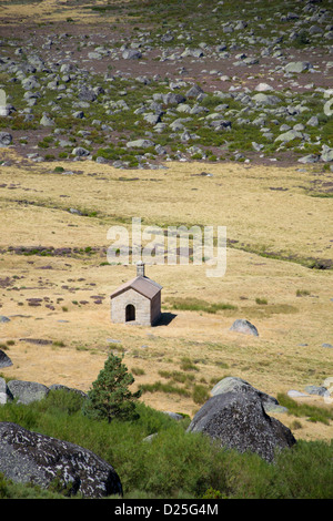 A little cabin stands alone in the immensity of the Estrela mountain, Portugal - Stock Image