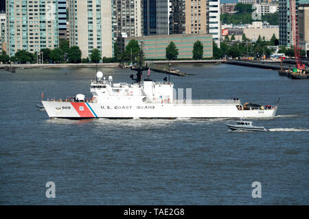 USCGC Campbell, a U.S. Coast Guard medium endurance cutter based at the Portsmouth Naval Shipyard in Kittery, Maine, was in New York for Fleet Week. - Stock Image