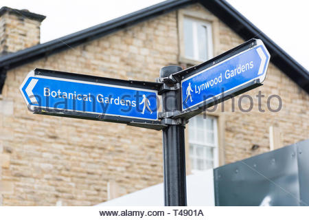 Signpost for pedestrians to the botanical gardens in Sheffield, South Yorkshire, England, UK, one of the many green spaces in the industrial city. - Stock Image