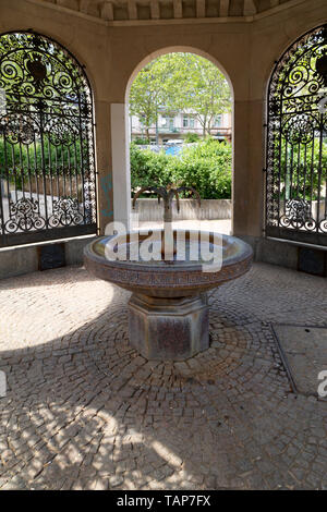 The Kochbrunne in Wiesbaden, the state capital of Hesse, Germany. The fountain is one of 26 thermal spas in the city. - Stock Image