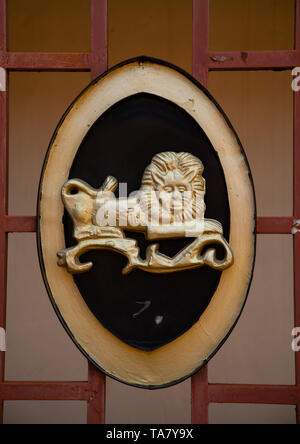Golden lion coat of arms in the Agni-indenie royal court, Comoé, Abengourou, Ivory Coast - Stock Image