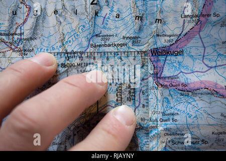 Kartenstudium im Hochjochhospiz, Ötztaler Alpen, Tirol, Österreich. - Stock Image