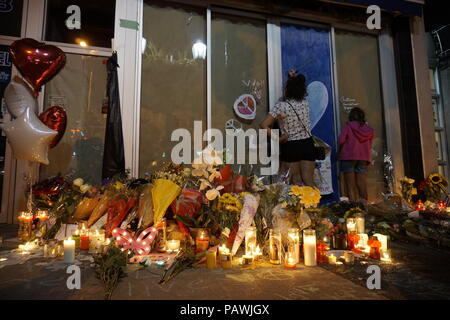 Toronto, Canada. 25th July 2018. Young girls are leaving messages on the smashed windows of Demetres Danforth Cafe where a 10-year old girl was shot and killed on July 22, 2018 Credit: CharlineXia/Alamy Live News - Stock Image