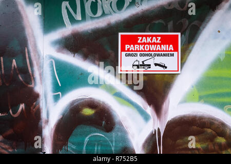 no parking and towing warning sign in Polish language, Warsaw, Poland. - Stock Image