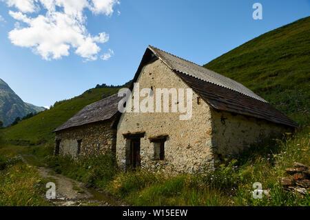 Borda, a traditional high mountain cattle building, near GR-11 footpath in Viadós (Chistau valley, Sobrarbe, Huesca, Pyrenees, Aragon, Spain) - Stock Image