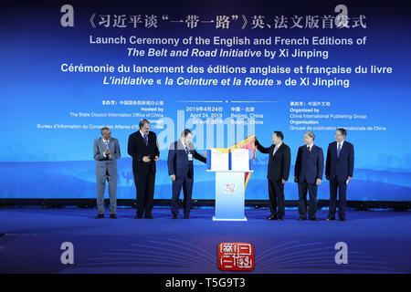 (190424) -- BEIJING, April 24, 2019 (Xinhua) -- Guests unveil the English and French editions of a compilation of President Xi Jinping's discourses on the Belt and Road Initiative during a launch ceremony in Beijing, capital of China, April 24, 2019.  (Xinhua/Zhang Yuwei) - Stock Image