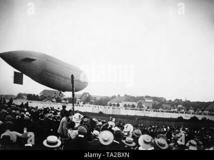 The Parseval III has landed on the Oberwiesenfeld airfield while being watched by a large crowd. The non-rigid airship is for the first time in Munich. - Stock Image