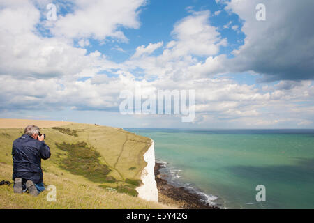 MAN TAKING PHOTOGRAPH OF CHANNEL, WHITE CLIFFS AND NORTH DOWNS - Stock Image