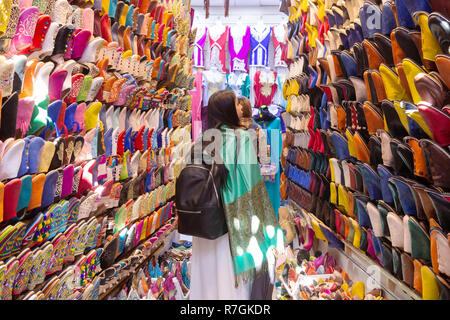 Tourists shopping for shoes in the souk, Marrakech medina, Marrakesh Morocco North Africa - Stock Image