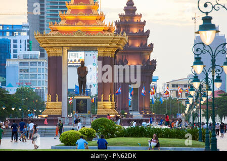 People gather to jog in the early evening in Preach Suramit Boulevard Park, Phnom Penh, Cambodia. - Stock Image