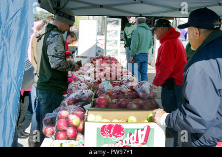 Two Rivers, Wisconsin USA, 13th Oct, 2018. Attendees take advantage of opportunity to select from a wide variety of apples offered by vendor at  Two Rivers Annual Autumn Applefest. Credit: Jerome Wilson/Alamy Live News - Stock Image