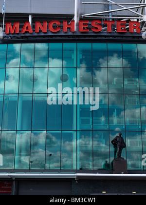 sir matt busby statue old trafford stadium - Stock Image