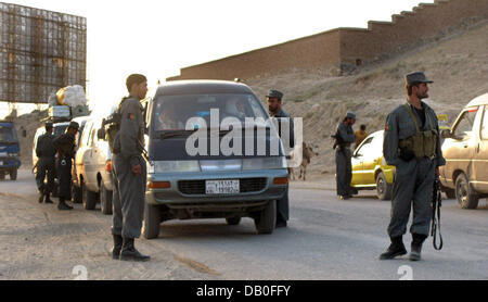 Police forces block am arterial road to check vehicles in Kabul, Afghanistan, 19 August 2007. Armed kidnappers abducted - Stock Image