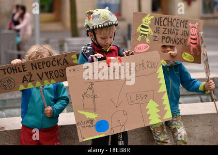 Brno, Czech Republic. 12th May, 2019. Families protested against climate change in Brno, Czech Republic, on May 12, 2019. Mostly families with children met to warn of the climate change and passivity of Czech politicians and big companies towards the topic. The protest rallies were also held in Prague, Ostrava, north Moravia, Liberec, north Bohemia, and Prachatice, south Bohemia. Credit: Vaclav Salek/CTK Photo/Alamy Live News - Stock Image
