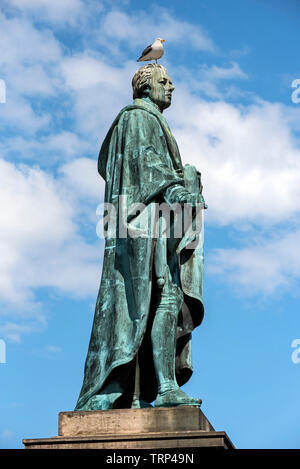 The Statue of William Pitt the younger (1759-1806) with gull, stands at the junction of George Street and Frederick Street in Edinburgh, Scotland, UK. - Stock Image
