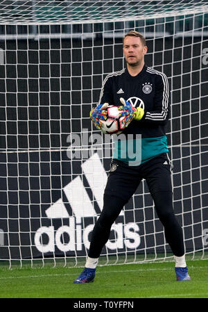 22 March 2019, Lower Saxony, Wolfsburg: Soccer: National team, training before the European Championship qualifying match against the Netherlands in the Volkswagen Arena. Germany's goalkeeper Manuel Neuer trains with the team. Photo: Peter Steffen/dpa - Stock Image