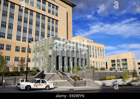 Durham County Courthouse, North Carolina. Sheriff's car parked in the front. - Stock Image