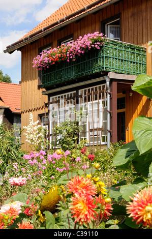 Haus mit schönem Vorgarten, Ilsenburg, Deutschland. - House with beautiful front yard, Ilsenburg, Germany. - Stock Image