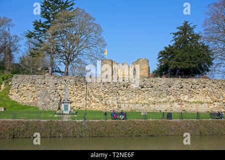 The River Medway and Tonbridge Castle Gatehouse, Kent,England - Stock Image