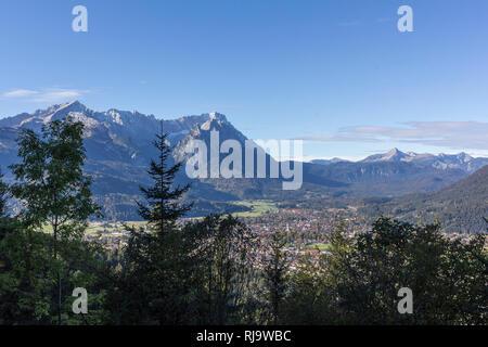 Deutschland, Bayern, Bayerische Alpen, Garmisch-Partenkirchen, Blick auf Garmisch-partenkirchen und das Wettersteinmassiv - Stock Image