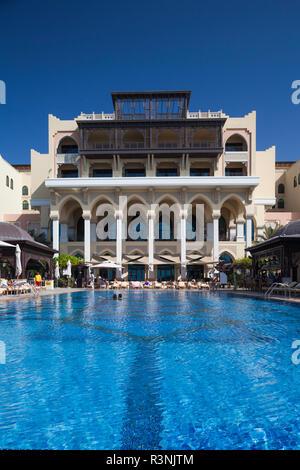 UAE, Abu Dhabi. Swimming pool in Shangri-La Qaariyat Al Beri Hotel - Stock Image