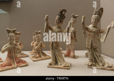 Painted Clay Figurines of Female Dancers. 618 AD - 907 AD (Tang Dynasty) Unearthed at Tang Dynasty Tombs, Mengjin County, Luoyang, Henan, 1991 - Stock Image