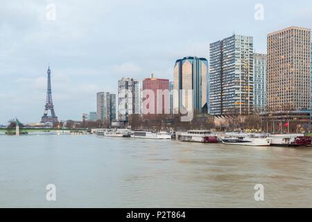 France, Paris, the banks of the Seine, the Seine flood in January 2018 at 5,85m, the buildings of the Front de Seine and the Eiffel Tower - Stock Image