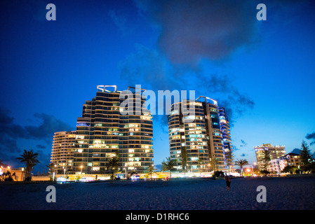 Holiday unit buildings on Coolangatta's skyline at dusk. Sometimes paired as 'Twin Towns,' Coolangatta - Stock Image
