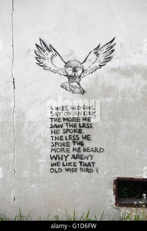 A wise old owl rhyme poem, memorable spray graffiti quote stencilled on the wall of building in Kazimierz Dolny, - Stock Image