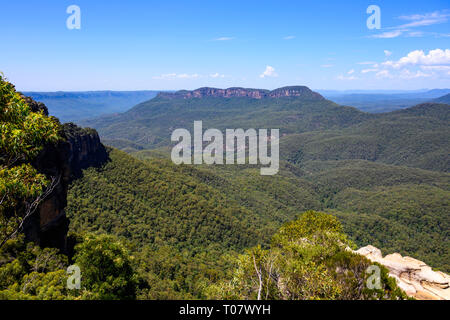 Mount Solitary, in Blue Mountains National Park, seen from Allambie lookout, Katoomba, New South Wales, Australia. - Stock Image