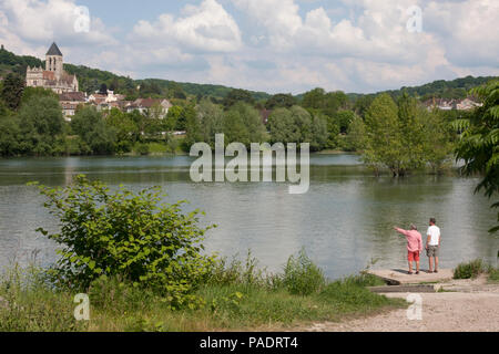 From Moisson sur Seine, view over river towards Vetheuil, the Notre Dame church painted by Monet, Val D'Oise, Ile de France, central Normandy - Stock Image
