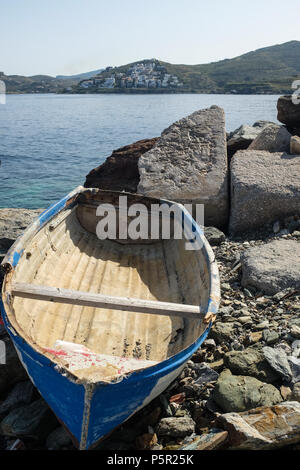 Small boat Moored on Rocky shore on the Island of Kea ( Tzia ) Aegean Sea's Cyclades archipelago, Greece. - Stock Image