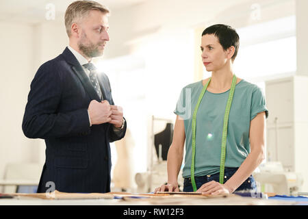 Talking to client in workshop - Stock Image