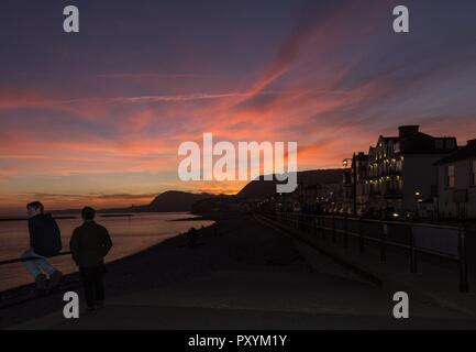 Sidmouth, 24th Oct 18 People turn out on the seafront at Sidmouth to witness a spectacular sunset. Photo Central/Alamy Live News - Stock Image