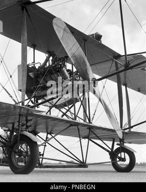 CIRCA 1911 CURTISS PUSHER MODEL D ENGINE AND PROPELLER ARE MOUNTED BEHIND THE PILOT RESTING ON A TRICYCLE WHEEL UNDERCARRIAGE - a3240 BAU001 HARS OLD FASHIONED - Stock Image