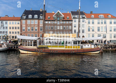 Restaurant boat Oranje af Svendborg in Nyhavn, Copenhagen, Denmark - Stock Image