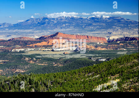Henry Mountains and Waterpocket Fold, seen from Larb Hollow overlook on Utah's Scenic Byway 12. - Stock Image