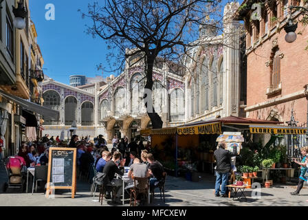 People at outdoor cafes near popular Mercado Central food market, Plaza del Mercado, North Ciutat Vella district, Valencia, Spain. - Stock Image