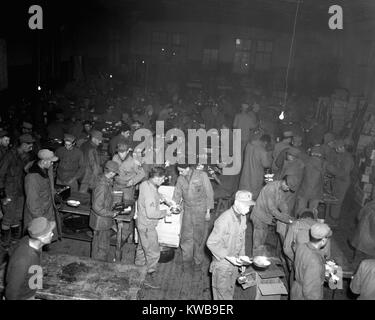 5th U.S. Marine Regiment has Thanksgiving dinner of turkey, pumpkin pie and trimmings, Nov. 23, 1950. Outside was - Stock Image