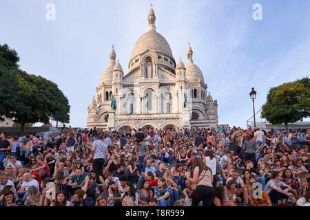 France, Paris, Montmartre, Crowd gathered under the Sacre Coeur Basilica during the Harvest Festival - Stock Image