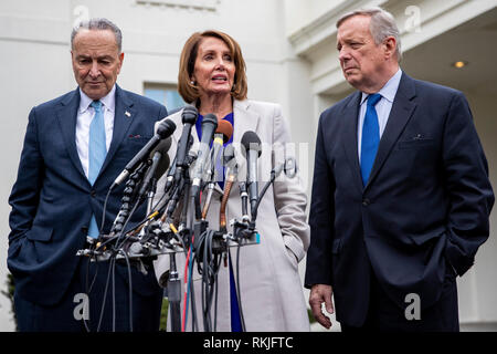 House Speaker Nancy Pelosi, Democrat of California, speaks to reporters alongside Senate Minority Leader Chuck Schumer, Democrat of New York, left, and Senator Dick Durbin, Democrat of Illinois, right, after meeting with US President Donald Trump at the White House in Washington, DC on January 4, 2019. - Stock Image