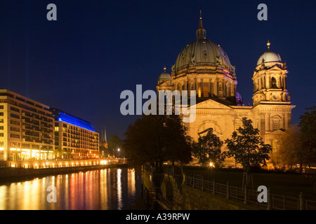 Berlin dome dome aquaree an der Spree Radison SAS Hotel river bank Spree at night Domaquaree Spiegelung abends - Stock Image