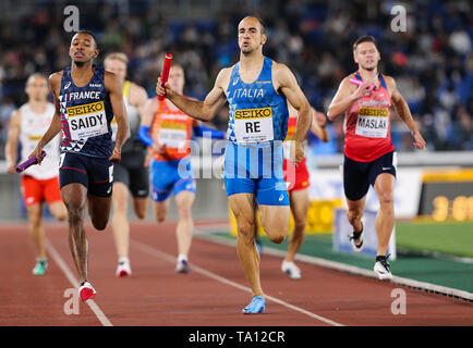 YOKOHAMA, JAPAN - MAY 12: Fabrisio Saidy of France, Davide Re of Italy in the B final of the mens 4x400m  during Day 2 of the 2019 IAAF World Relay Championships at the Nissan Stadium on Sunday May 12, 2019 in Yokohama, Japan. (Photo by Roger Sedres for the IAAF) - Stock Image