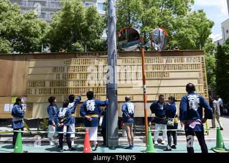 TOKYO, JAPAN - MAY 18: Participants look at the messages board announcing donation details during 'Sanja Matsuri' on May 18, 2019 in Tokyo, Japan. A boisterous traditional mikoshi (portable shrine) is carried in the streets of Asakusa to bring good luck, blessings and prosperity to the area and its inhabitants. (Photo: Richard Atrero de Guzman/ AFLO) - Stock Image
